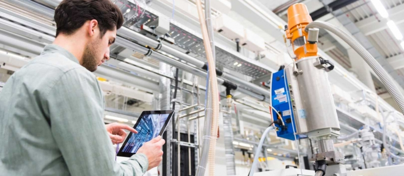 tool-manufacturing-floor-manager-analyses-smart-factory-equipment-using-the-internet-of-things-iot
